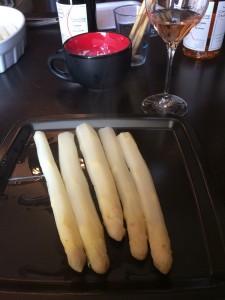 White asparagus, black plate, Pineau D'Aunis rosé.
